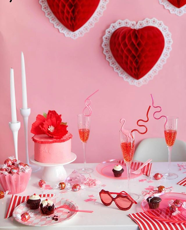 Planning an intimate dinner, office themed lunch or party in celebration of Cupid this February? Get inspired for Valentine's Day from the tablescaping legends at @ohhappyday 🎈