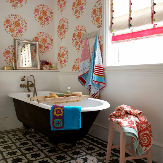 {This happy paper makes for a sunny bath! Image from styleindesigns.com.}