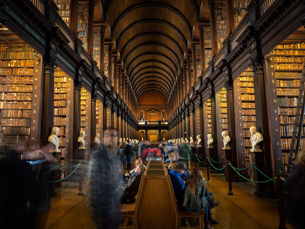 """Kuva on otettu Dublinissa  Trinity College Libraryssa . Jalustan käyttö oli kielletty ja en myöskään halunnut saada ihmisiä kuvaan mukaan. Pitkällä valotuksella ne saa """"katoamaan"""" kuvasta. Kuva: Olympus OM-D E-M1 MKII, M.Zuiko 12-40mm F2.8 Pro, 2.5s, f4,5 ISO200."""
