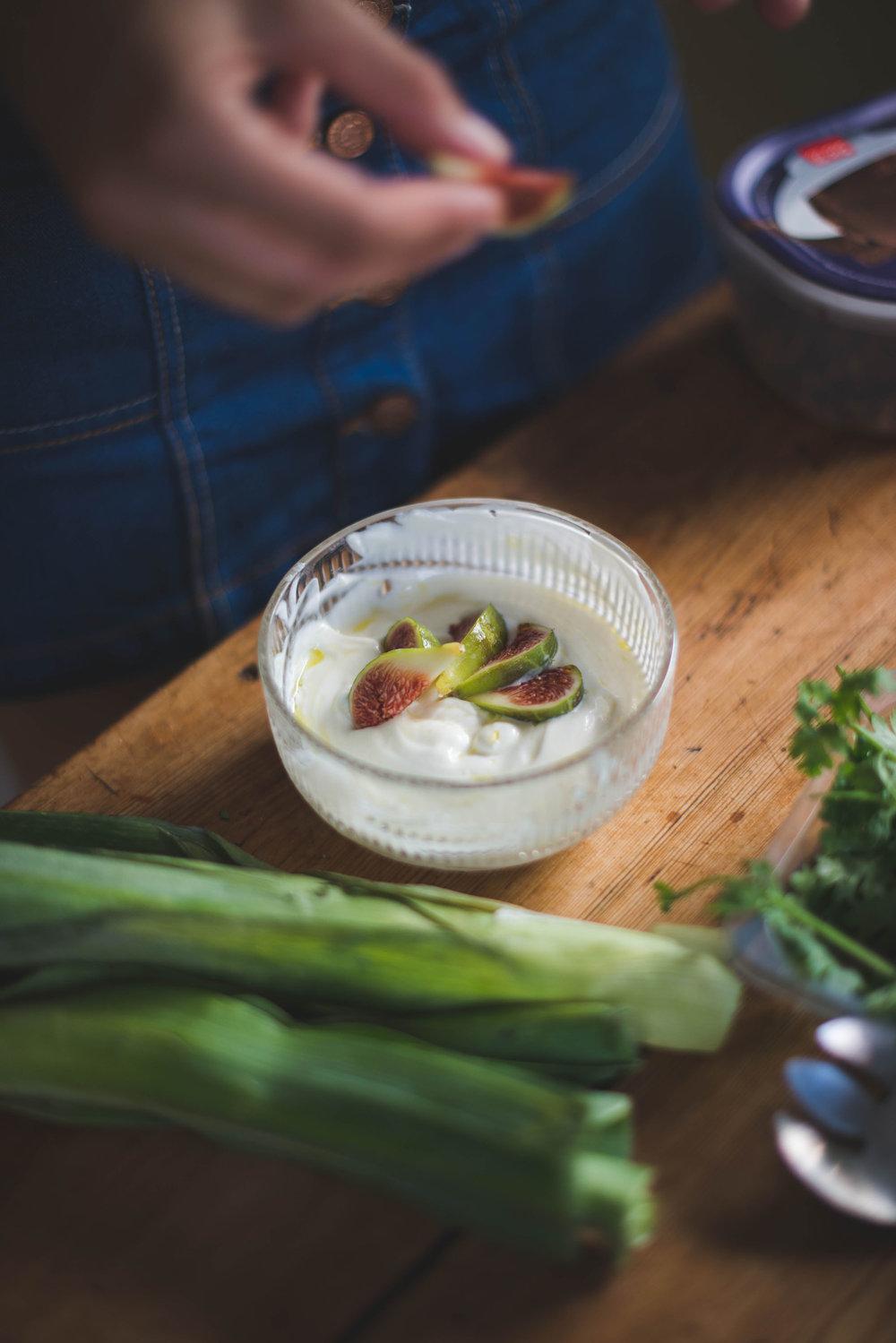 Tortitas de puerros con salsa de yogur