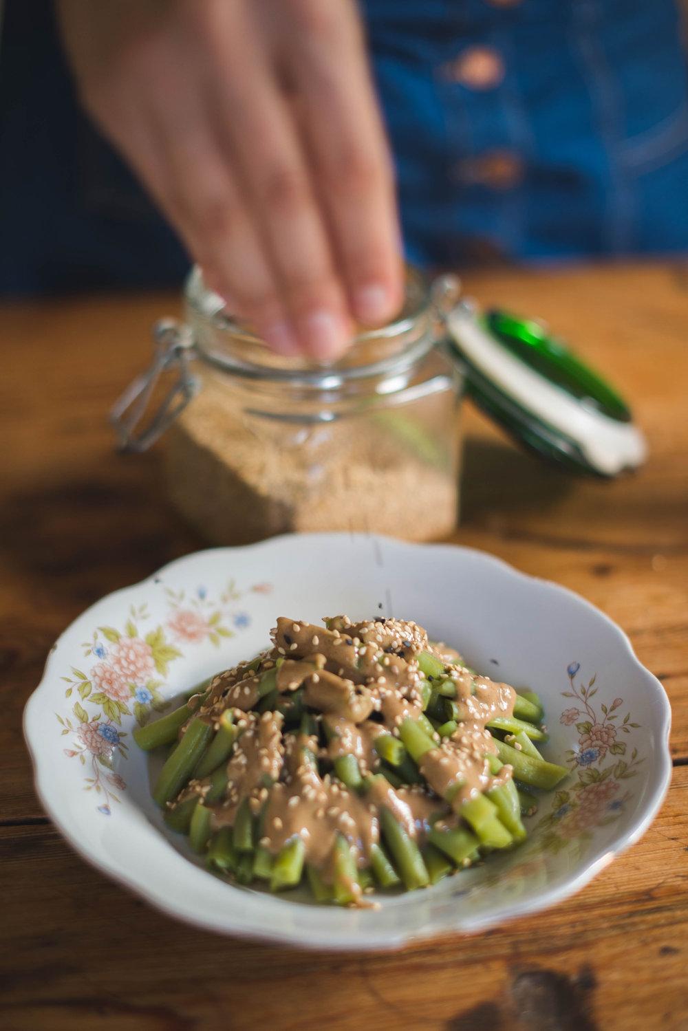 Juadías verdes con salsa de soja y tahini