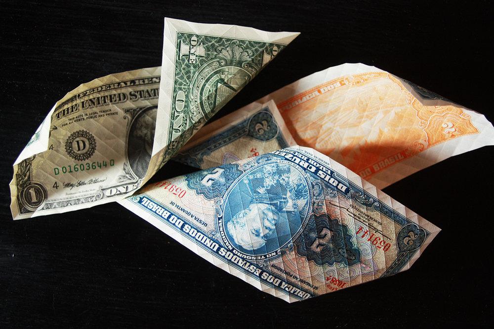 Előhajtogatva a bankjegyek, ez kb a munka 30%-a. Amikor ez megvan, akkor jöhet az igazi móka, a megfelelő hajtások mentén összedobni a halakat!