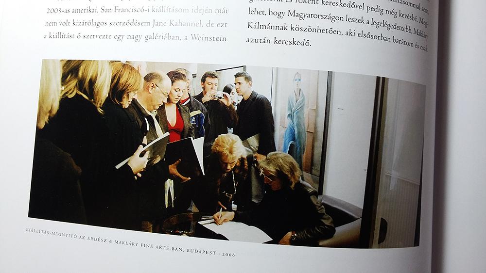Ezen a képen - egy kiállítási katalógusban - pedig bátyám társaságában vagyok látható, csak Sándorfi betrollkodott elénk a megnyitójával.