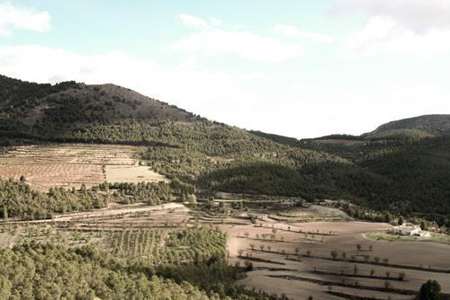 Los Gázquez (a la derecha) en relación con el terreno.