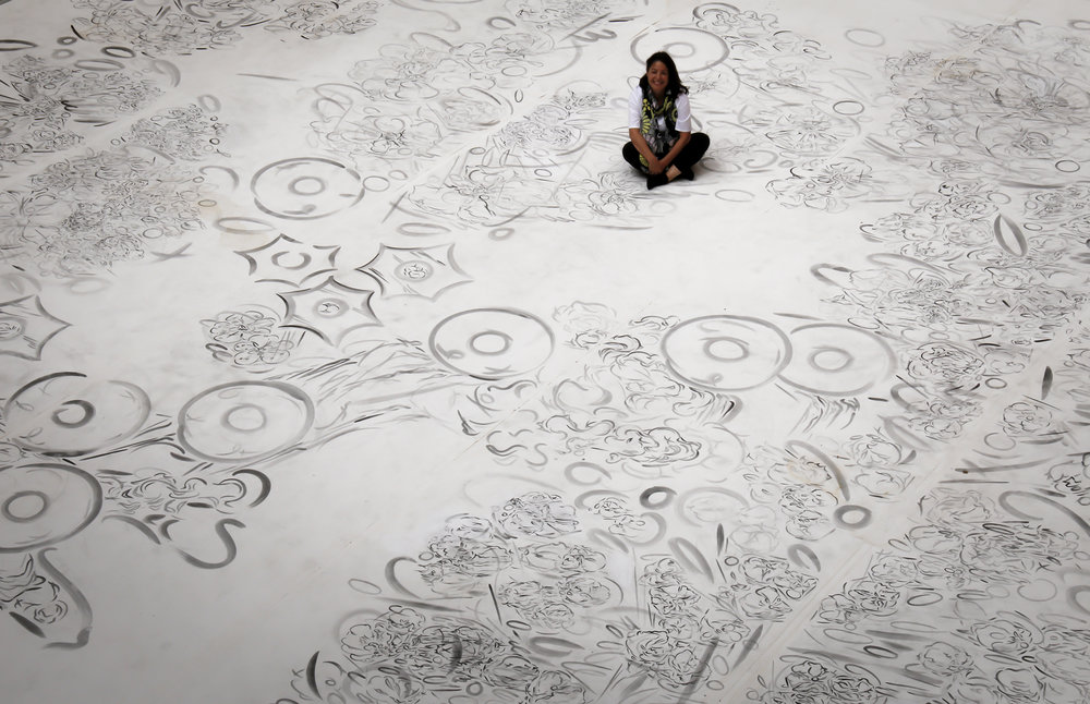 La artista Melissa Marks con su trabajo  Double Self Split  en el Patio de Honor, Castillo de Vélez Blanco, 2016.