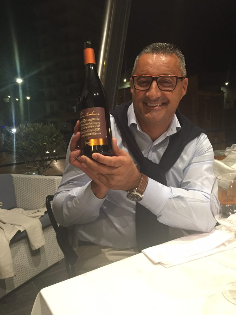 Lucio with a bottle of Contadoro at La Lampera.