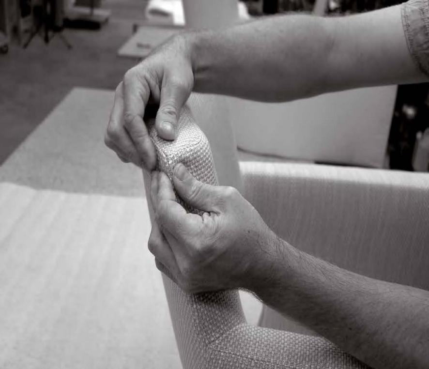 tapissier-finition-sièges-atelier-mains.jpg