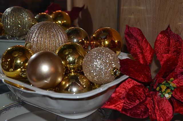 Have leftover ornaments? Add them to a see-through vase, bowl or wicker basket and you have an instant, festive piece of home decor. Get more DIY holiday design tips via my latest blog post! (Link in bio!) #holiday #holidayseason #holidaydecorating #holidaydecor #ornaments #homedecor #deckthehalls #decorating #decor #interiorforinspo #interiorinspo #interiorstyle #interiordesign #interiordecoration #interiordesignideas #interiordesigntips #creatingcozyhomesforbusyfamilies