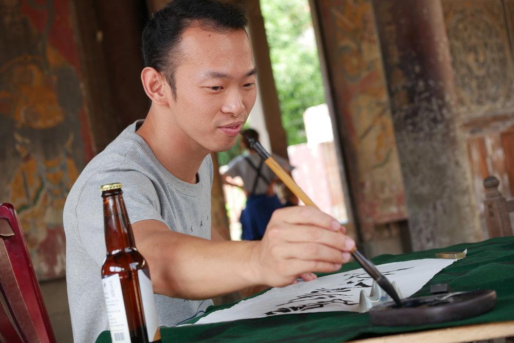 書法青年王柏仁寫下「藝術在今秋」,為今秋藝術節揭開序幕。圖_今秋藝術節提供