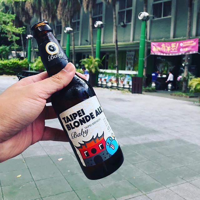 台北 #業務考察 #啤酒 篇 國產精釀啤酒的選擇越來越多了,連老牌的台灣啤酒都推出自己的精釀產品線 — Baby (猜想應該是北啤兩字的諧音吧?),一瓶150元,實在也不貴,而我喝的這篇還是以台北北門當作酒標的圖像呢!但如果可以增加鐵道部、台北郵局、三井倉庫版本,我想必定會大賣!  重點,各位今秋的好友啊⋯今年的今秋啤想喝哪種呢?許個願吧?  #2018今秋藝術節 #今秋啤 #考察也要酒醉 #未成年請勿飲酒