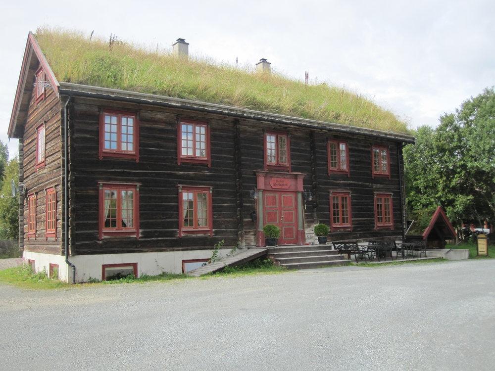 Hallandstuggu - SOV I EN GAMMEL GJESTEGÅRD