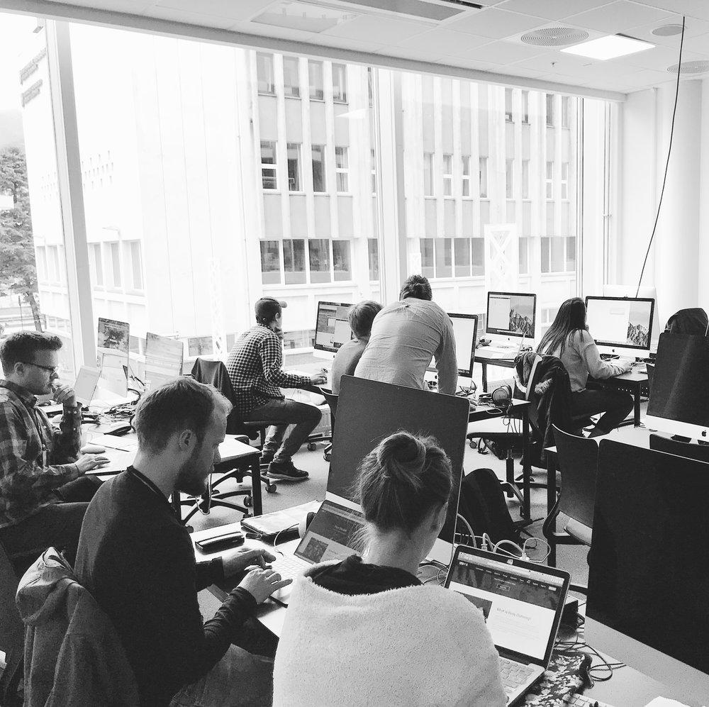 MAC-laben:  Fokuserte mixmaster-studenter under en av Joar Midtun sine workshops om ansiktsgjenkjenning.