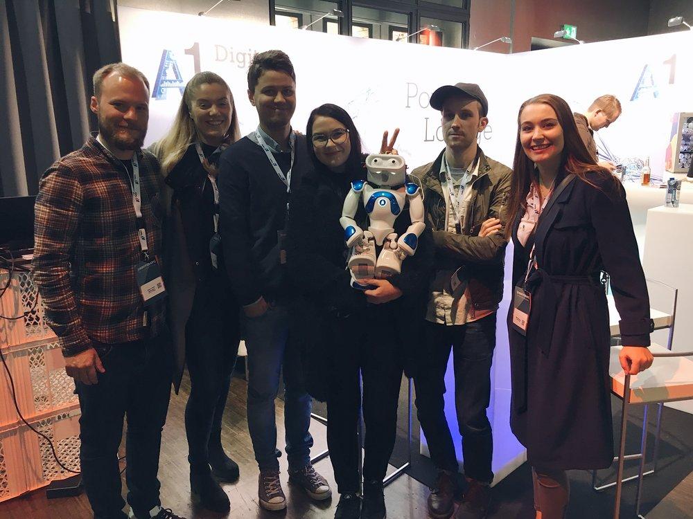 Bilde  Fra venstre: Audun Klyve Guldbrandsen, Sara Pedersen Stene, Fredrik Håland Jensen, Johanne Marie Christensen Ågotnes, roboten Nao, Gøran Slettemark og Malin Fjell Olsen.
