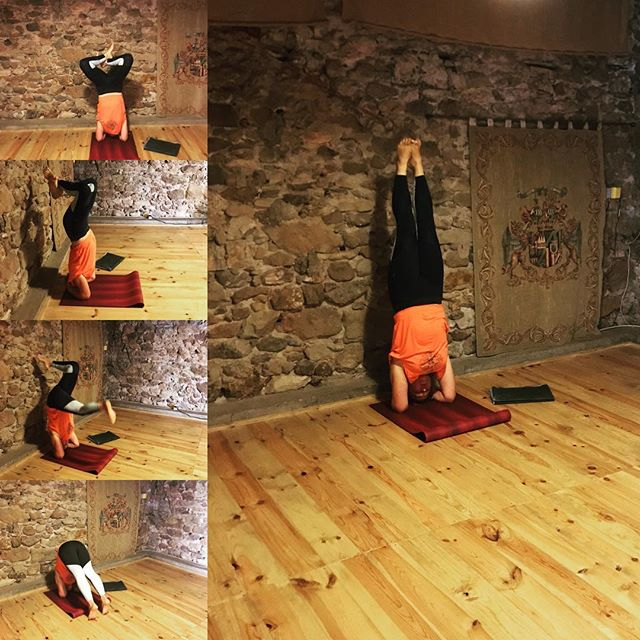 My wonky journey to a headstand 🤣 we went to a morning yoga class in Lamalou-les-Bains at this beautiful old French house. Afterwards I felt inspired enough to have my headstand practice captured on camera 📷  #sirsasana #yoga #france #summer #hot #yogaleggings #spiritjooga #oldhouse #studio #woodenfloors #whenYouFallItsOk #practicemakespractice #thereIsNoSuchThingAsPerfect #everyBodyIsDifferent #youCan #iCan