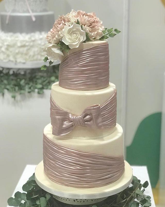 Another gorgeous #weddingcake lovin this colour