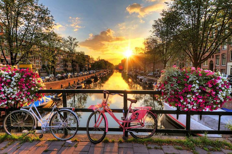 enchantingrhine_NETHERLANDS_Amsterdam_Canals-at-sunrise_ss_189863267_gallery.jpg