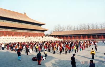 1998年12月,北京小法輪功弟子在勞動人民文化宮煉功(明慧網資料圖片)