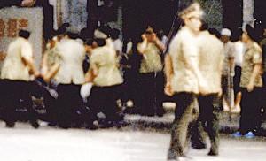 99年7月22日,中共警察在街頭抓人(明慧網資料)