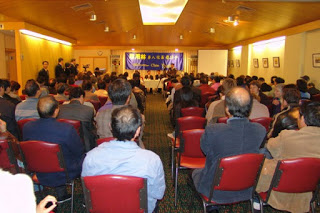 Hundreds of Chinese people attended a series of public forums in August, 2005 in Melbourne to show support to Chen Yonglin, a former CCP diplomat who chose to leave CCP.
