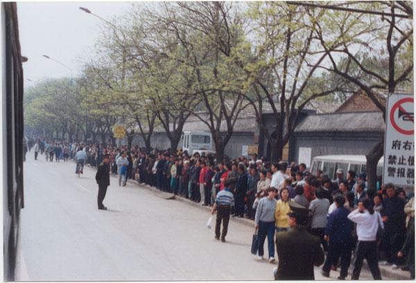「4.25」法輪功學員和平上訪(圖片來源:明慧網)