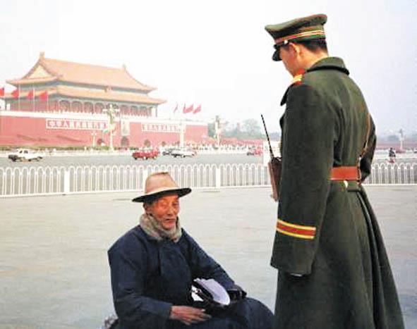 一位老人在天安門爲法輪功請願(明慧網)