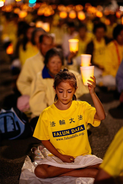 2015年10月15日晚千餘名來自世界各地的部分法輪功學員聚集在洛杉磯中領館前追悼、紀念為追求信仰自由而被中共迫害致死的同修,提醒世人迫害仍在繼續。(愛德華/大紀元)