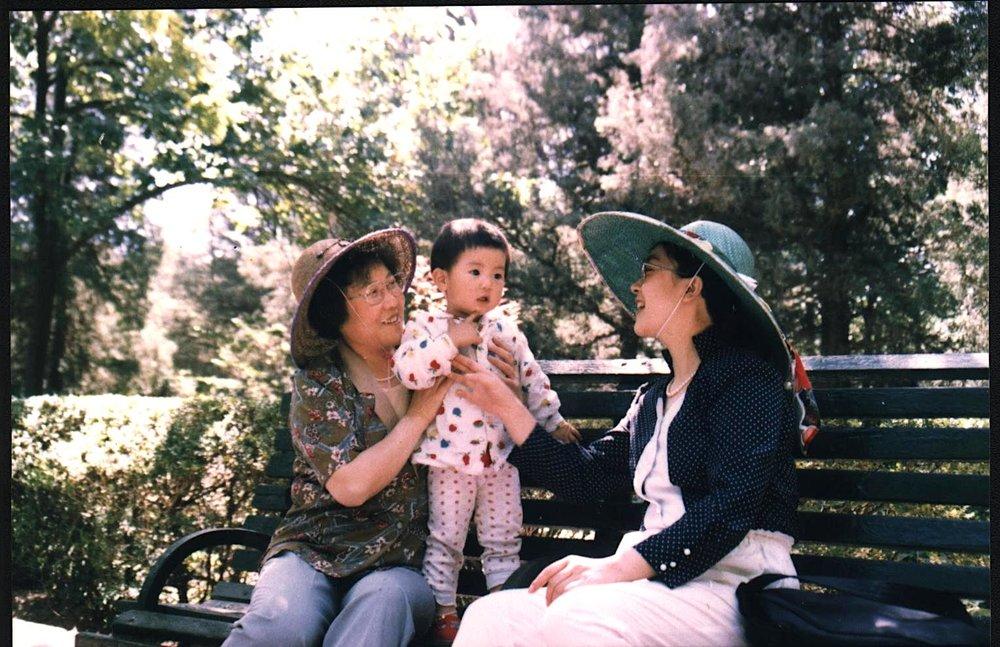 曾錚與母親及女兒1994年攝於北京