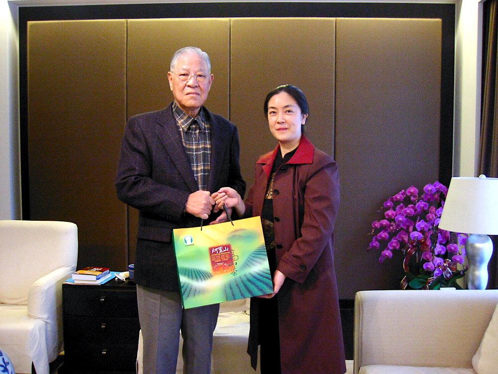 Mr.Lee Teng-hui gave me some very good High Mountain Oolong Tea From Taiwan. 李登輝送我臺灣高山茶。