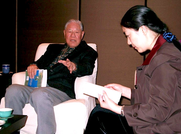 Holding a copy of Jennifer's book in hand, Mr.Lee Teng-hui had a lengthily discussion with Jenifer at his house in Taipei, Taiwan. 李登輝手持一本《靜水流深》與曾錚交談。2004年1月,於臺北李府。