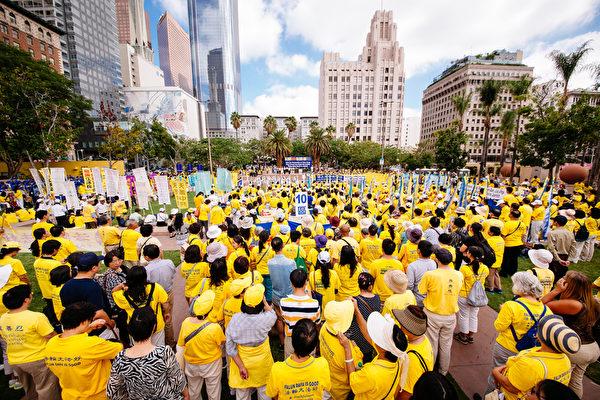 2015年10月15日(星期四)上午,來自36個國家的部分法輪功學員聚集在洛杉磯市中心潘興廣場(Pershing Square),舉行大型集會,向主流社會展現法輪大法的美好,並揭露在中國發生的持續16年之久的對上億和平修煉的法輪功學員慘無人道的迫害,聲援訴江大潮。(愛德華/大紀元)