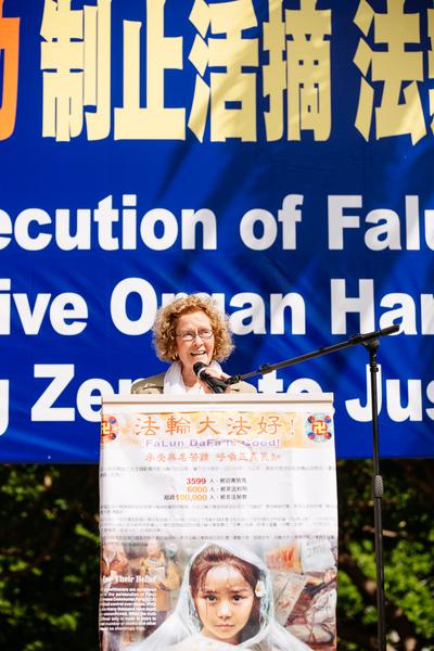 2015年10月15日,法輪功學員洛杉磯市中心潘興廣場集會。泰瑞‧馬什博士(Dr. Terri Marsh)向公眾匯報了全球訴江大潮的情況。(戴兵/大紀元)