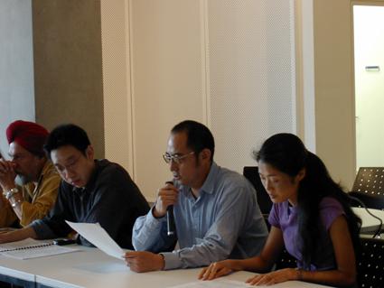 袁紅冰作題為《將中國苦難轉化為人類精神價值》的發言。左一、左二及右一分別為新加坡作家、翻譯家Kirpal Singh、新加坡詩人Alvin Pang及《自由聖火》網站編輯趙晶