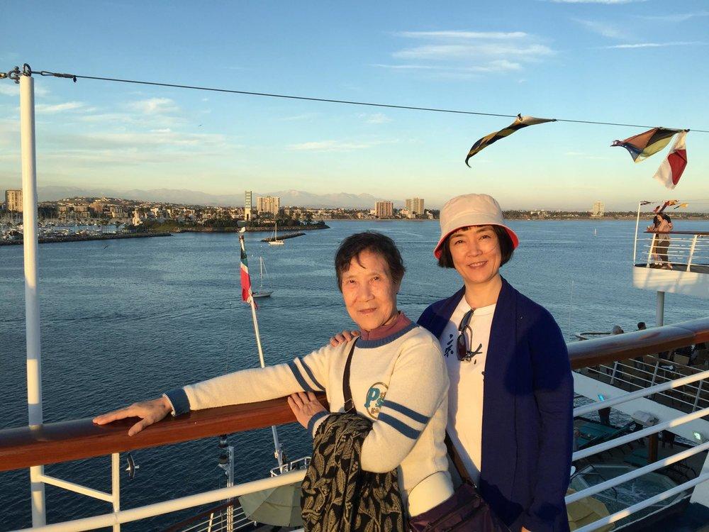 On the deck of Carnival Imagination with my mom in golden sunset light. 在金色的夕陽中,與母親一起登上狂想號遊輪(Carnival Imagination)