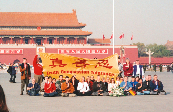 36 Falun Gong practitioners from 15 countries gathered at Tiananmen Square to appeal for Falun Gong on Nov. 20, 2001. The third lady from the right on the first row wasMyrna Mack from Sydney. 36名來自15個國家西人法輪功學員2001年11月20日在天安門靜坐抗議。孟娜(Myrna Mack)在第一排右起第三名。