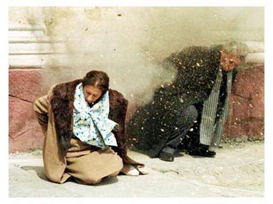 槍決齊奧塞斯庫夫婦實況。(網絡圖片)