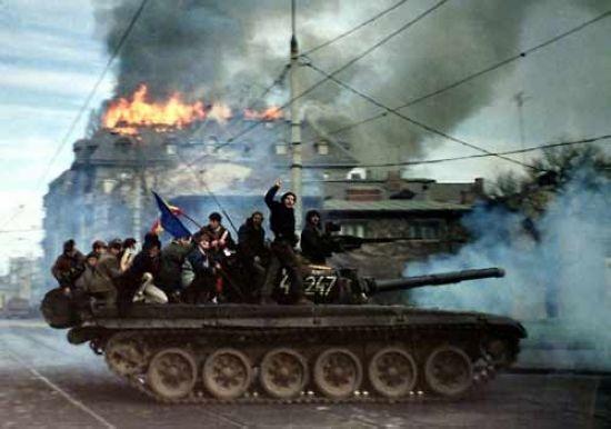 1989年12月22日上午10時,即在布加勒斯特爆發示威遊行的第19個小時,支持齊奧塞斯庫的羅馬尼亞軍隊開始倒戈,羅馬尼亞軍人從布加勒斯特市中心撤走。羅馬尼亞防暴警察再也擋不住遊行隊伍的衝擊。(網絡圖片)