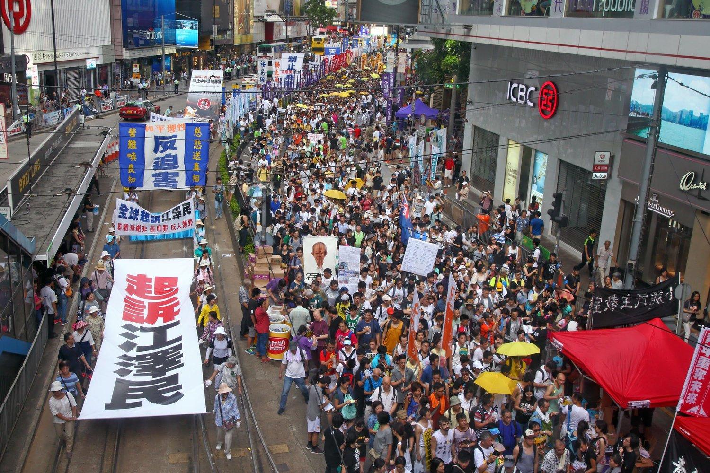 2015年7月1日,香港七一大遊行中的「起訴江澤民」標題。(大紀元)