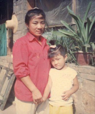 在北京平谷縣看守所被灌食致死的龔寶華生前與女兒的合影(明慧網)