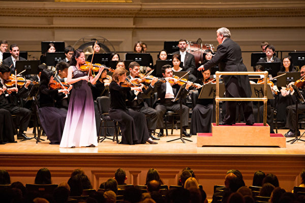 Fiona Zheng, violin virtuoso, performing at Carnegie Hall, New York City, on Oct.14, 2017. (Larry Dye/The Epoch Times)