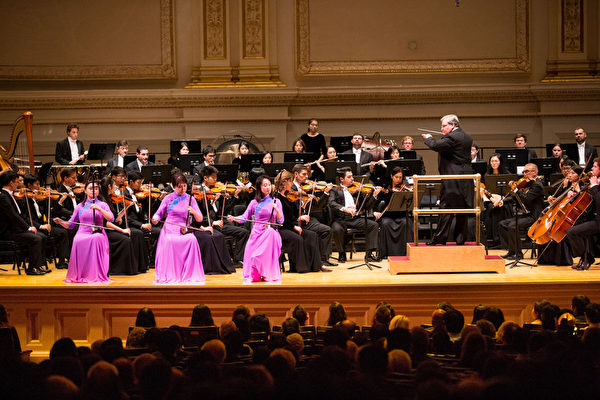 Erhu master Xiaochun Qi, Lu Sun and Linda Zhen Wang performing at Carnegie Hall, New York City, on Oct.14, 2017. (Larry Dye/The Epoch Times)