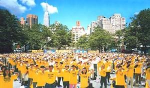 2000年在聯合國千僖年高峰會議期間,來自世界各地的約2000名法輪功學員在中國駐聯合國使團駐地前煉功請願(明慧網)