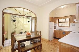 這是一套單元房中的廚房。澳洲的廚房多是開放式的,這跟西方人的烹調習慣有關,他們很少採用大火急炒的方式做菜,所以基本沒甚麼油煙,用這樣的廚房就沒問題,乾淨得很。