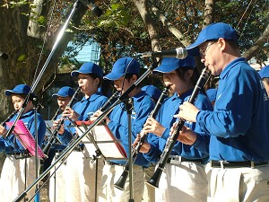 """Yang Jun and younger members of the Celestial Marching Band play the Falun Gong composition """"Pu Du."""" (The Epoch Times)"""