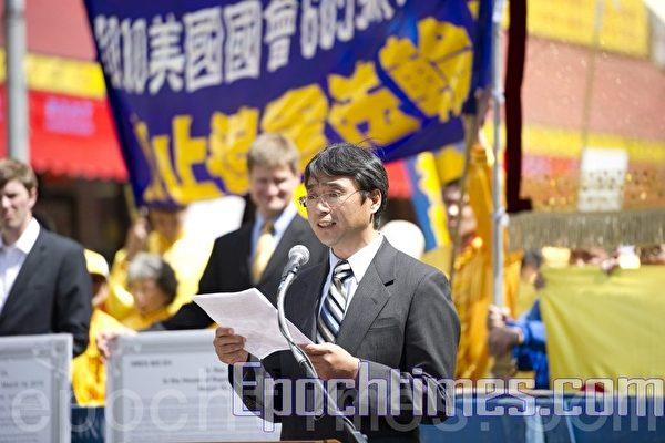 原首都師範大學心理學教授孫延軍於2010年4月24日在紐約法拉盛舉行的法輪功紀念4.25和平上訪十一周年集會活動上發表演講。 (攝影:戴兵 / 大紀元)