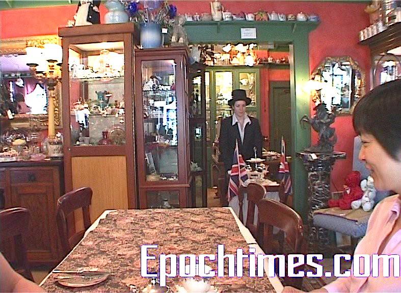 著復古式紳士裝的應侍生在悠揚、氣派的古典音樂中上茶