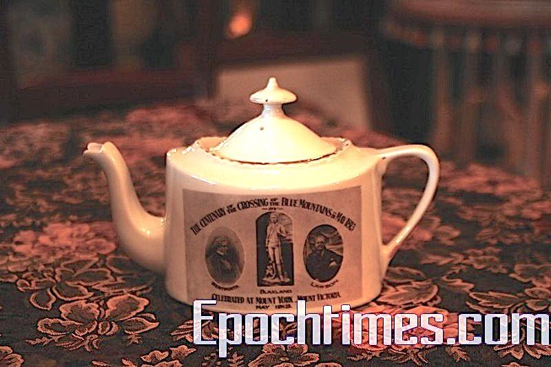 為慶祝髮現藍山一百週年出特製的茶壺,它的歷史也快一百年了。茶壺上的三個人Blaxland, Wentworth和Lawson於1813年發現了藍山。