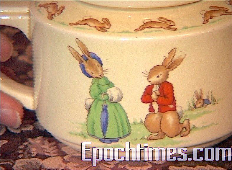 1938年的Art Deco風格茶壺。做十萬件湯碗,才做一個茶壺,所以非常珍貴。茶壺上的圖案為求婚場面