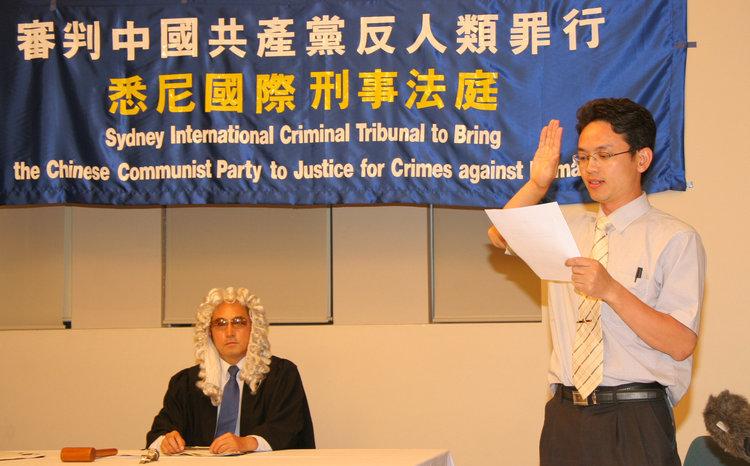 原中共外交官�用林向法庭宣誓�K就中共的迫害行��提供�C�~。(大�o元)