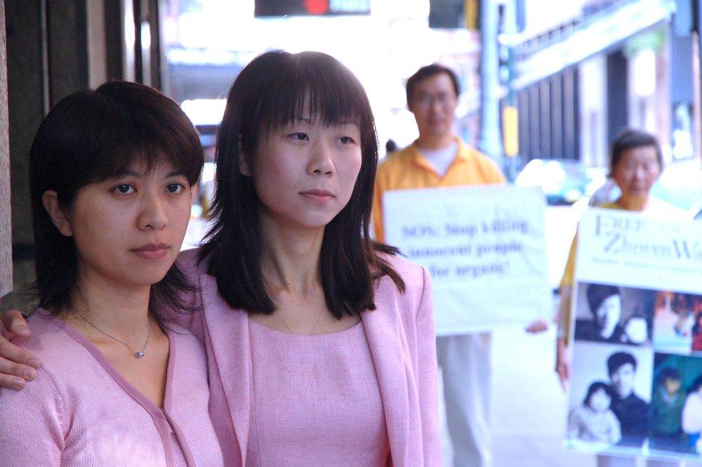 本文作者陳慕涵(左)與王曉丹(右)在「關注法輪功苦難周」期間合影。