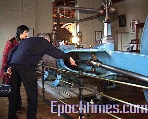 Goulburn市博物館館長桑德斯向我們介紹這古老的蒸汽式供水系統